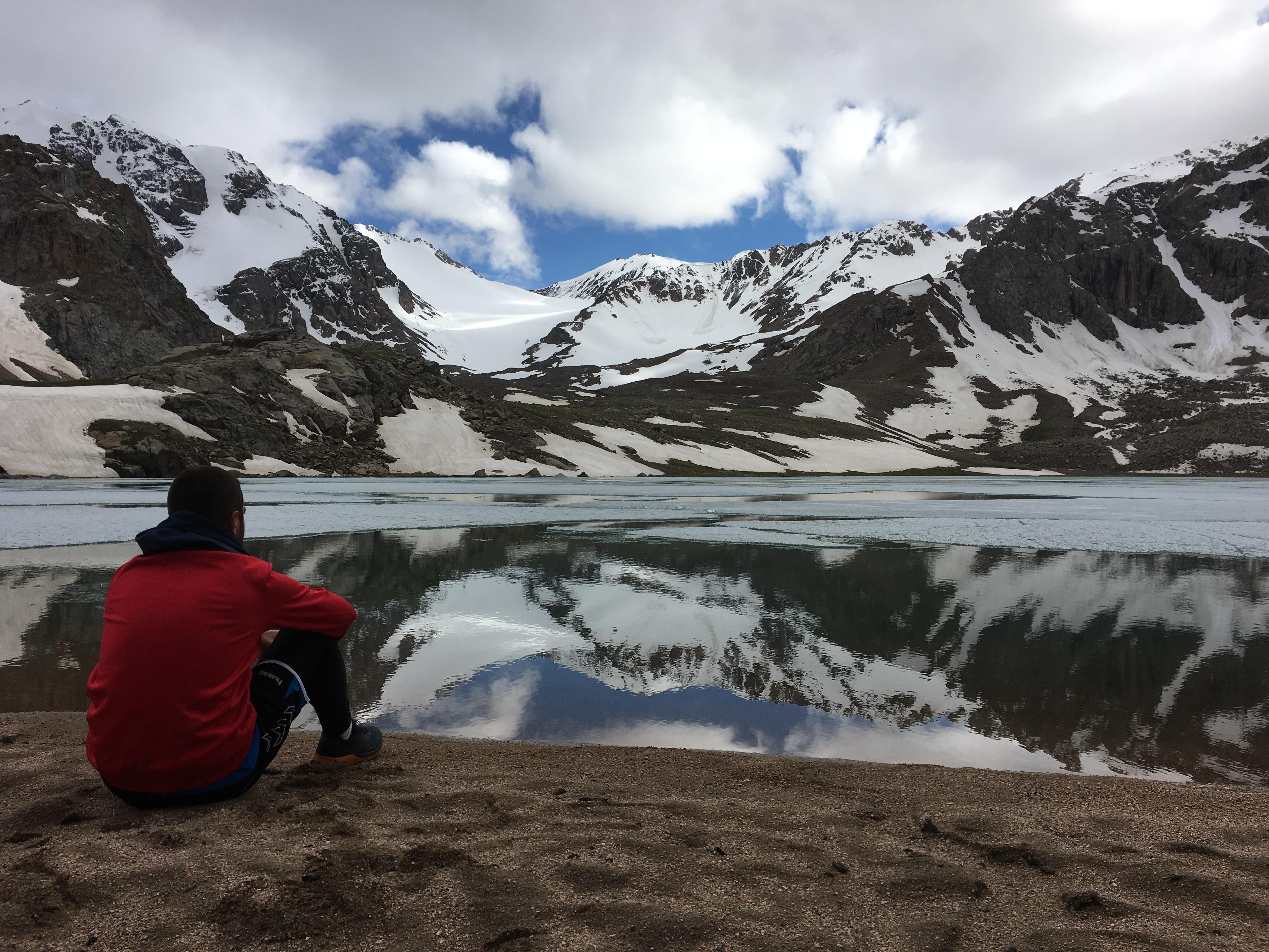 Un petit voyageur au bord du lac Köl-Tyor (Kirghizstan)