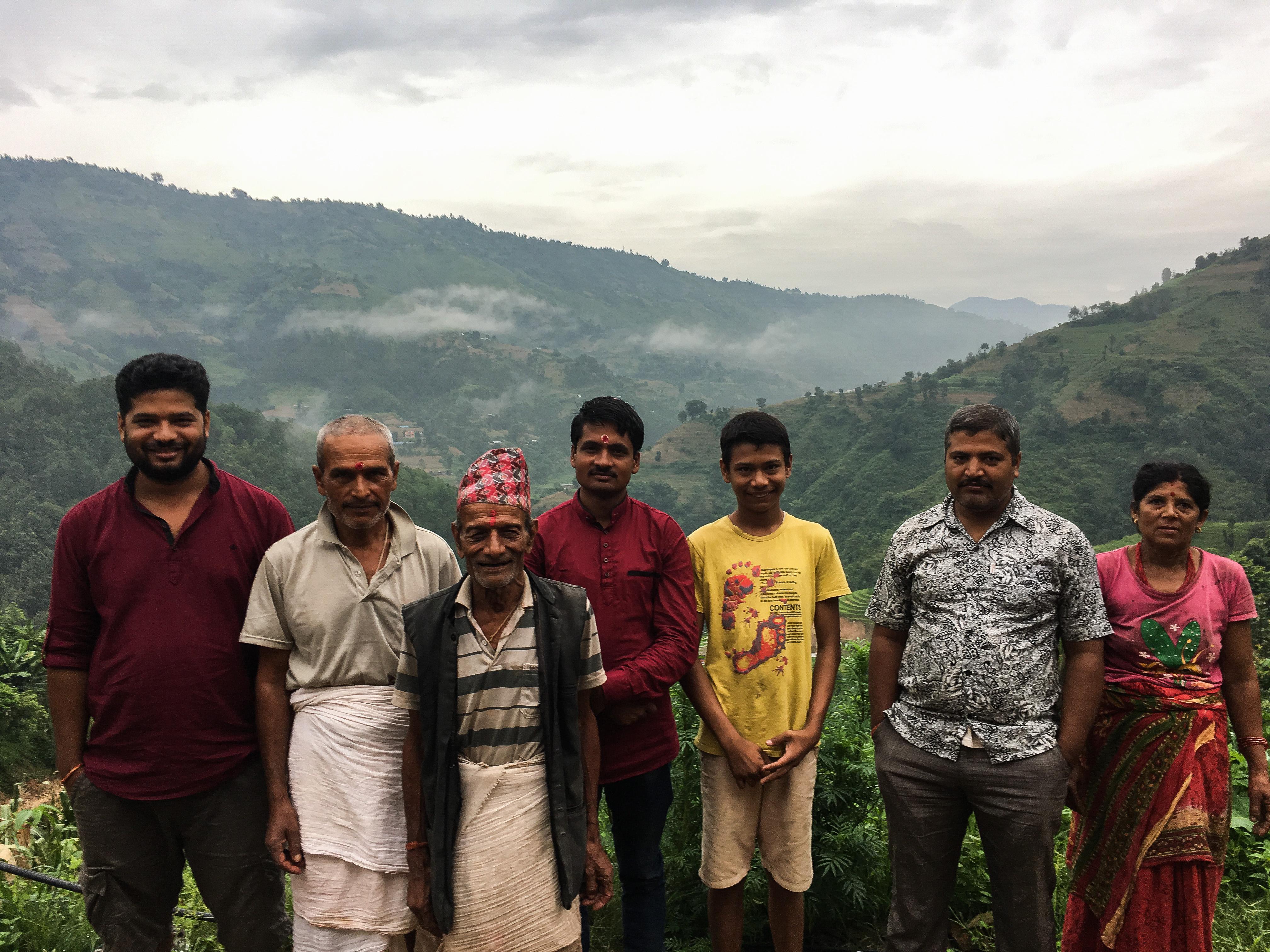 De gauche à droite : Santosh, son père, son grand-père, son cousin, Pravakar, Nabaraj, sa mère.
